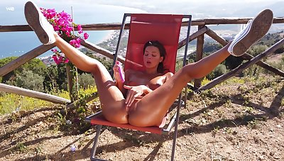 Sun-kissed Maria spreads her legs outside all over dip fingers in her hungry twat